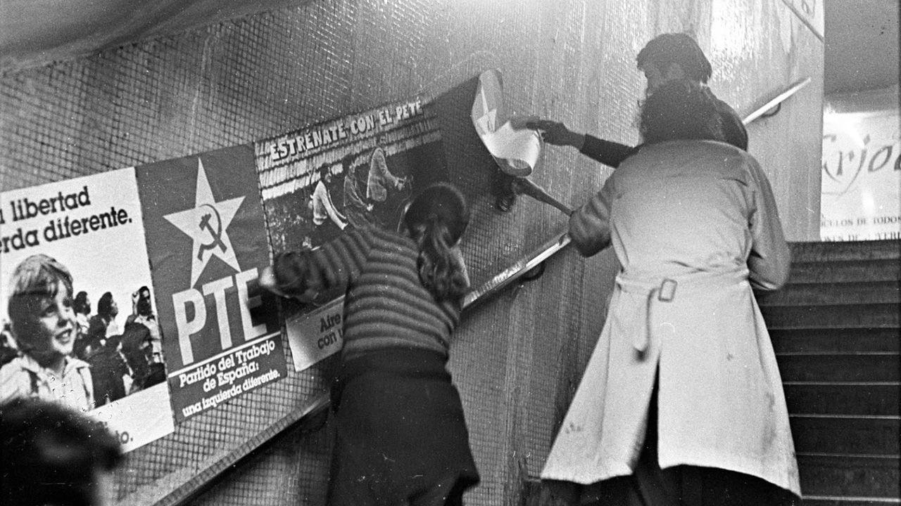 Militantes pegan carteles para las primeras elecciones libres en España tras la dictadura de Franco