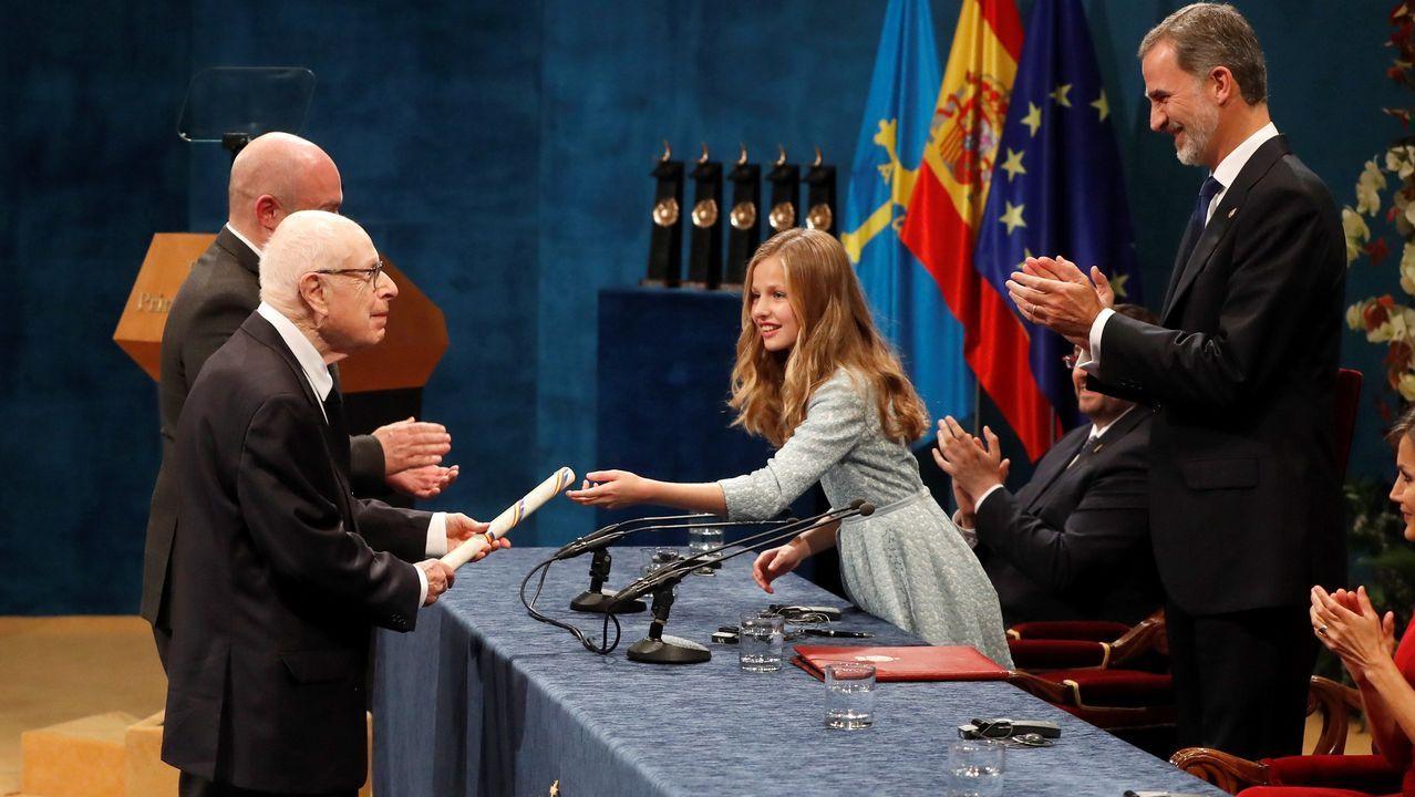 La princesa Leonor entrega el Premio Princesa de Asturias de las Artes al dramaturgo británico Peter Brook, ante el rey Felipe, durante la ceremonia de entrega de los galardones, este viernes en el Teatro Campoamor de Oviedo
