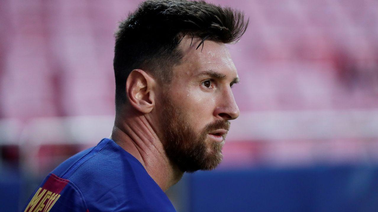 Messi: «Jamás iría a juicio contra el club de mi vida, por eso me voy a quedar».Bartomeu, a la izquierda, durante la ofrenda floral con motivo de la Diada de Cataluña