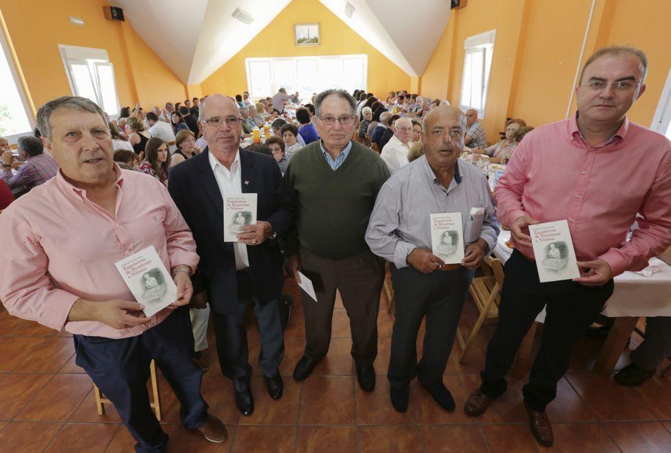 Gabriel Varela, José María García Álvarez, José Barreira Varela, Bautista Ordóñez García y Xosé Manuel Varela Varela, con sus ejemplares del libro <span lang= gl >«Zapateiros de Brantuas e Niñóns»</span>.