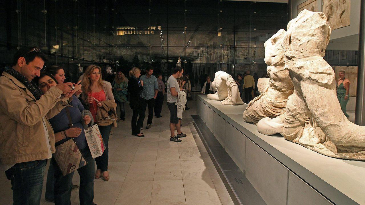 Varias persoas visitando o museo do Partenón na Acrópole de Atenas, Grecia, durante unha celebración pasada da Noite Europea de Museos