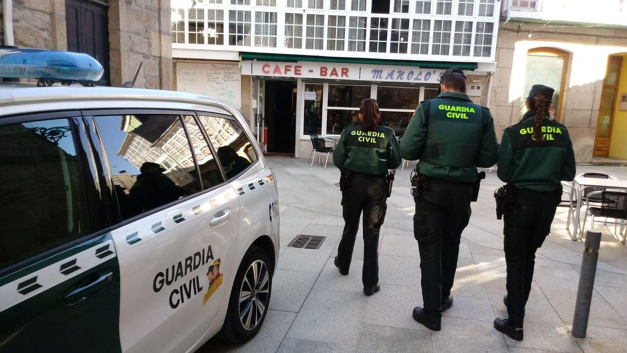 Agentes de la Guardia Civil, en Trives