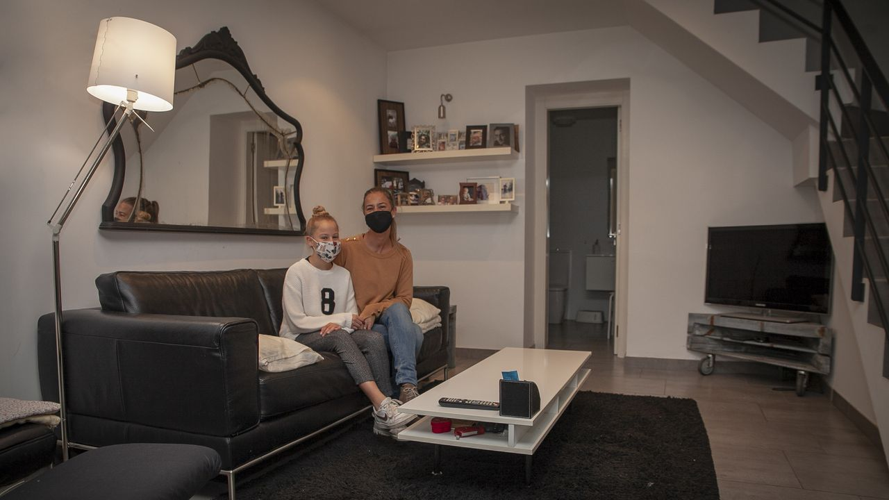 Begoña Barreiro y su hija Mencía, en su casa, que tienen en venta en A Pobra