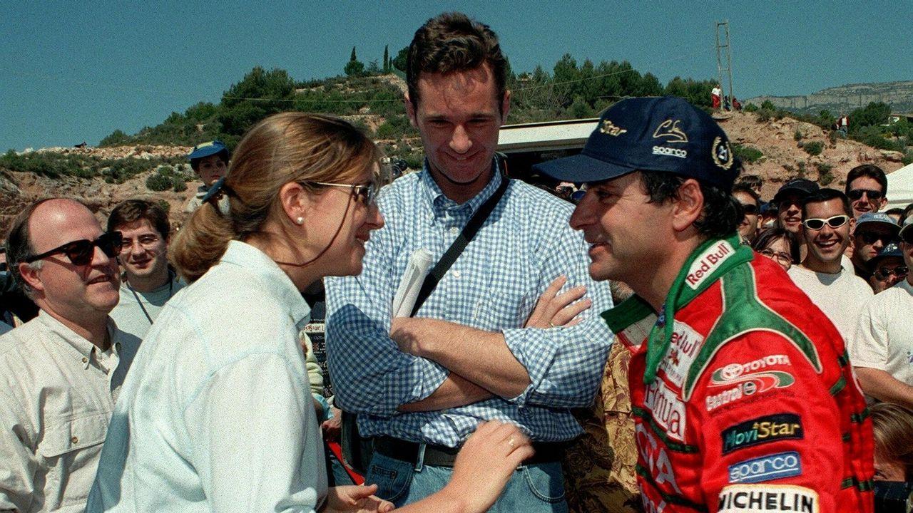 La pareja, a la entrada del museo Dalí en Figueres.La infanta e Iñaki Urdangarin, con el piloto Carlos Sainz, en el año 1998