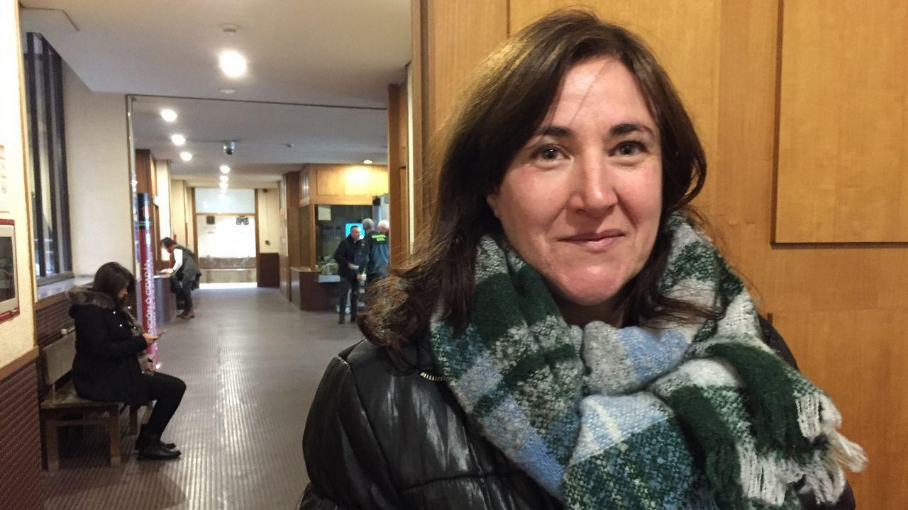 Piquetes contra las bodas civiles: «Únete, no te cases».Cola en el registro civil de Pontevedra