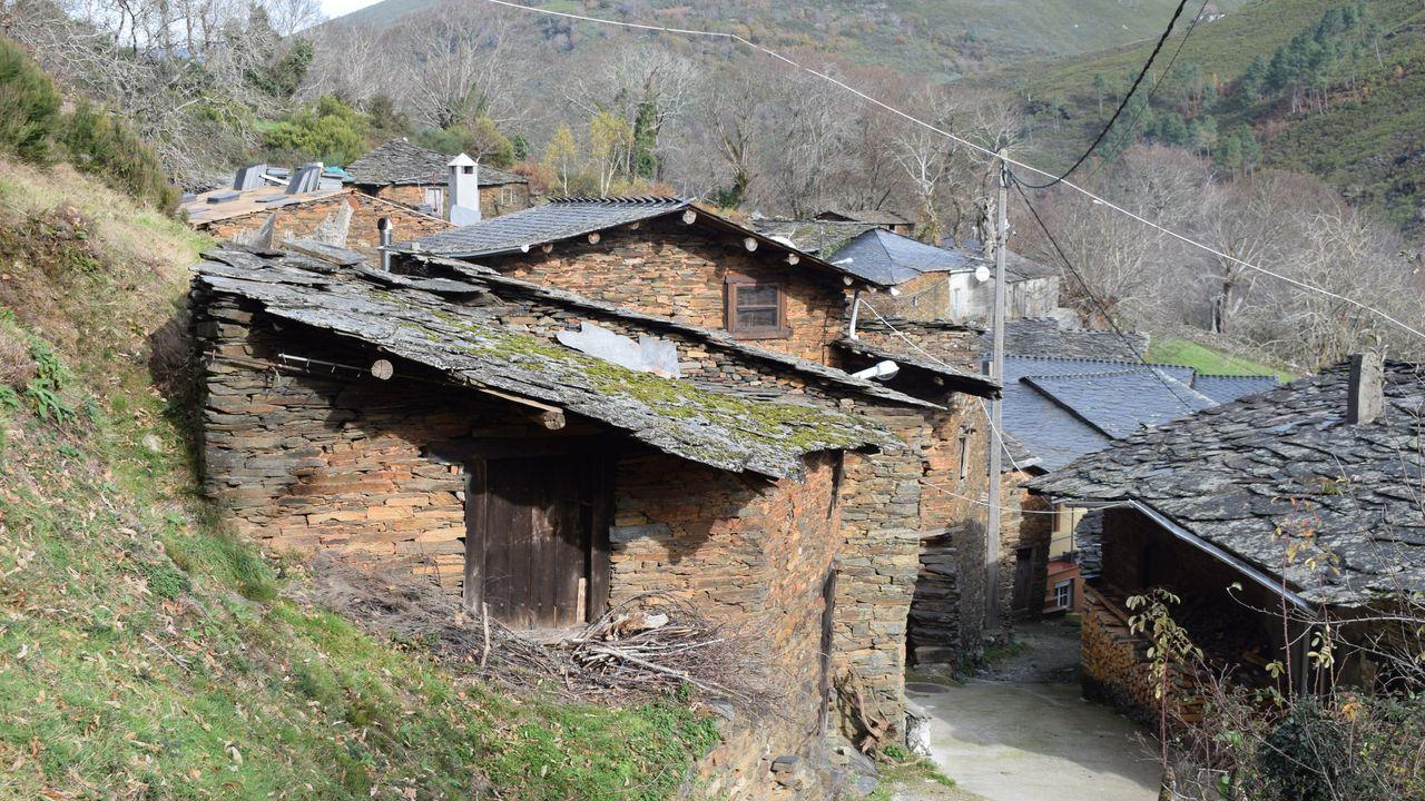 Arquitectura tradicional en casas abandonadas en Parada de Lóuzara