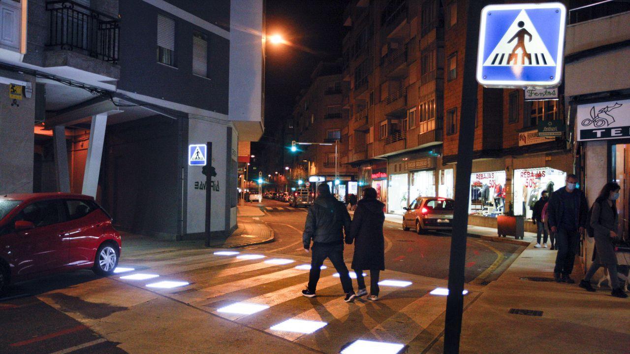 Paso de peatones inteligente en Vilagarcía. Las luces del suelo se encienden cuando cruza un peatón