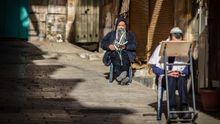 Dos judíos ortodoxos rezan en una calle de Jerusalén, en pleno confinamiento