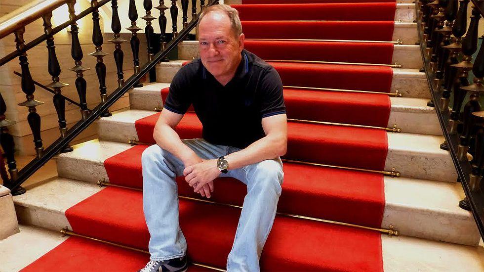 Aurelio Martín, en la escalinata del Ayuntamiento de Gijón
