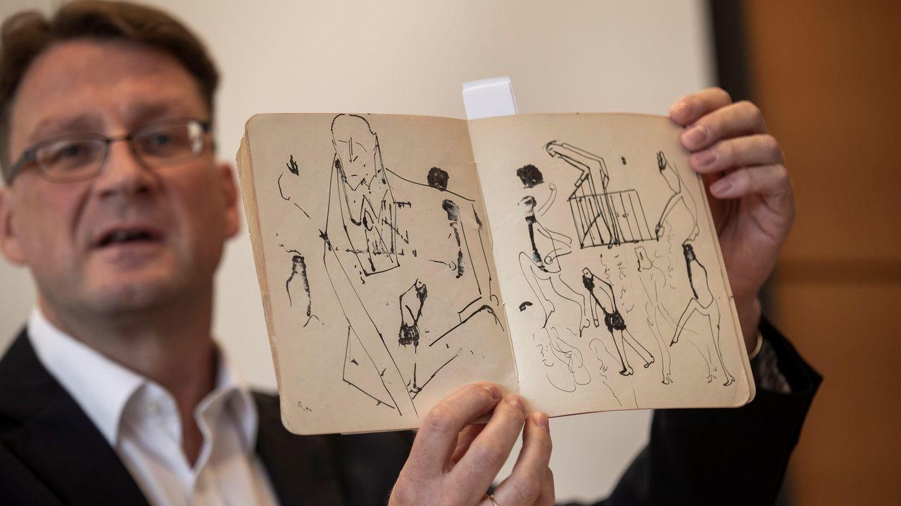 Stefan Litt muestra uno de los cuadernos con dibujos de Kafka