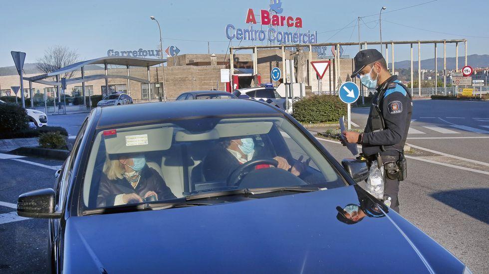 Controles en el puente de A Barca, el viaducto que ya no pueden cruzar los vecinos de Poio  Pontevedra, con estrecha relación, porque ahora están cerrados perimetralmente por separado