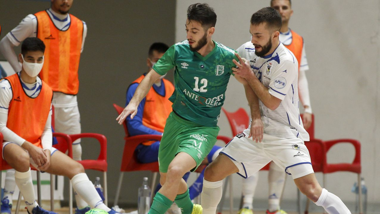 O Parrulo vence al Antequera y suma su primer triunfo en la liga.Los jugadores del Oviedo celebran uno de los goles al Lugo