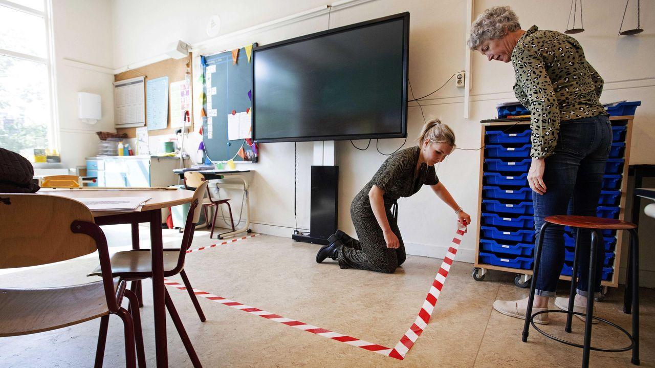 Los maestros de la Escuela María preparan la clase para la reapertura, en Hoorn, en los Países Bajos