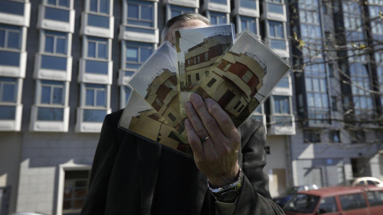 Una vivienda por nada: Vicente, delante de uno de los dos edificios a subasta, muestra las fotos de la que fue su casa en Vioño. Se encontraba en una de las esquinas que ocupa el bloque residencial de siete alturas y todavía pendiente de terminar desde el 2000