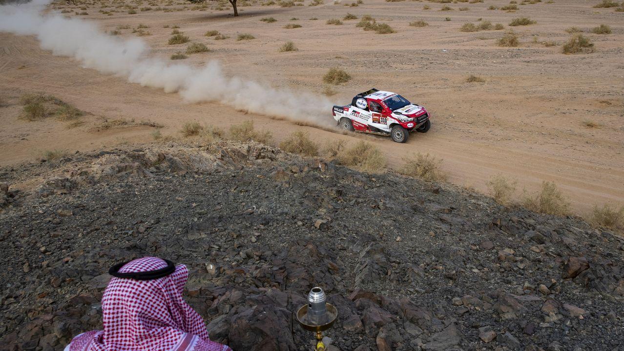 Un hombre saudí observa el paso de Fernando Alonso durante la cuarta etapa del Dakar