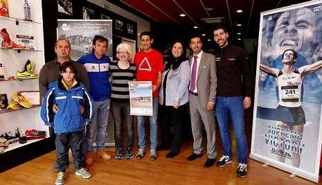 Los padrinos junto a la responsable de Abay y de los clubes Millaraio y Atletismo Santiago en 3&Run.