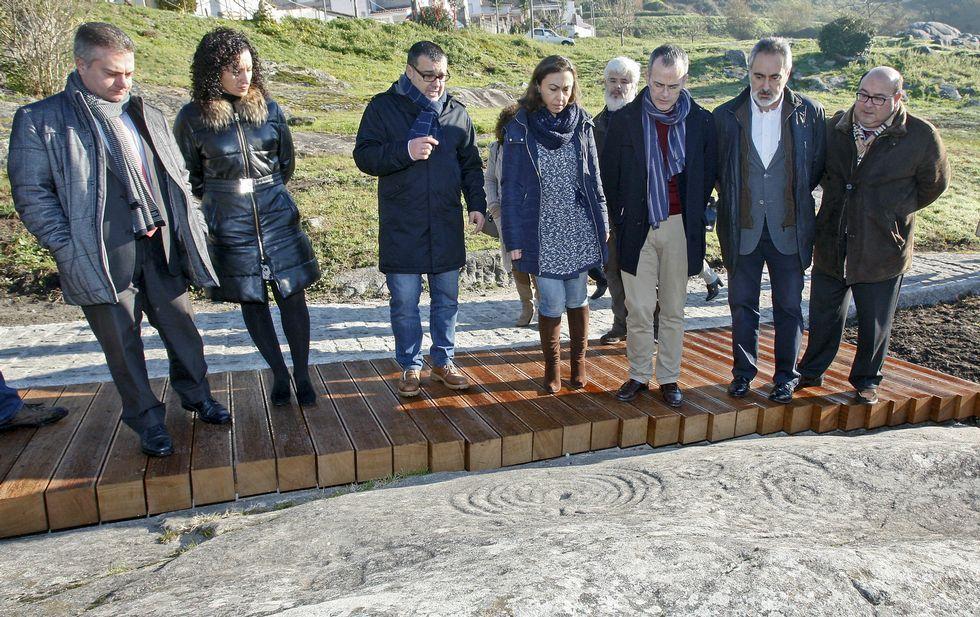 El conselleiro Jesús Vázquez, tercero por la derecha, observa la Pedra do Labirinto, en Mogor.