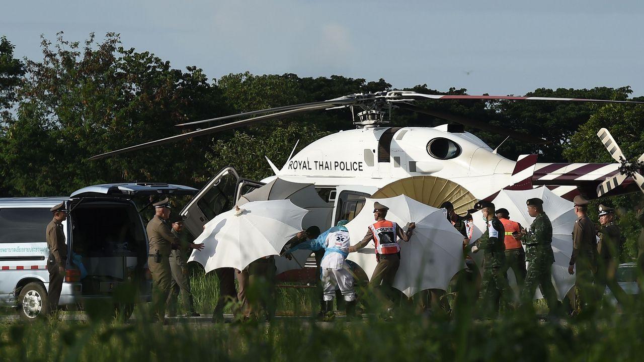 Los tailandeses protegen a uno de los rescatados para evitar que se tomen imágenes