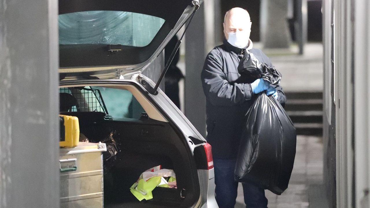 Un agente de la policía danesa, durante uno de los registros