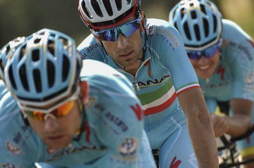Vincenzo Nibali (Astana), escoltado por sus compañeros en tierras holandesas.