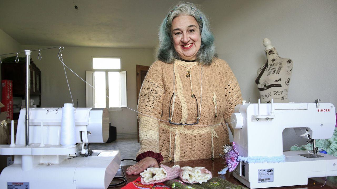 María de los Ángeles en el taller en el que trabaja en Xermar, Cospeito