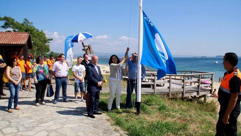 Izado de la bandera azul.Junta vecinal y asociación de vecinos asistieron al encuentro programado por el alcalde.