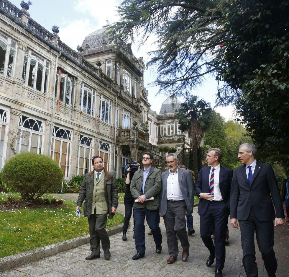 Los conselleiros Rueda y Conde, a la derecha, el jueves en su visita al pazo de Lourizán.