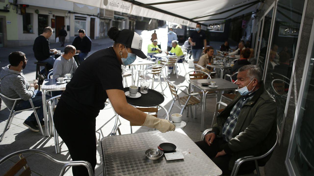 El comercio de A Mariña vuelve a latir.Muchos clientes este lunes en la terraza del restaurante viveirense Muro