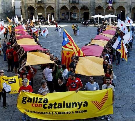 Cataluña celebra la Diada.Laura Sánchez, que el 9 de noviembre cumplirá 16 años, vota simbólicamente en Barcelona. A la derecha, un grupo de personas forman una V en la plaza del Obradoiro, en Santiago.