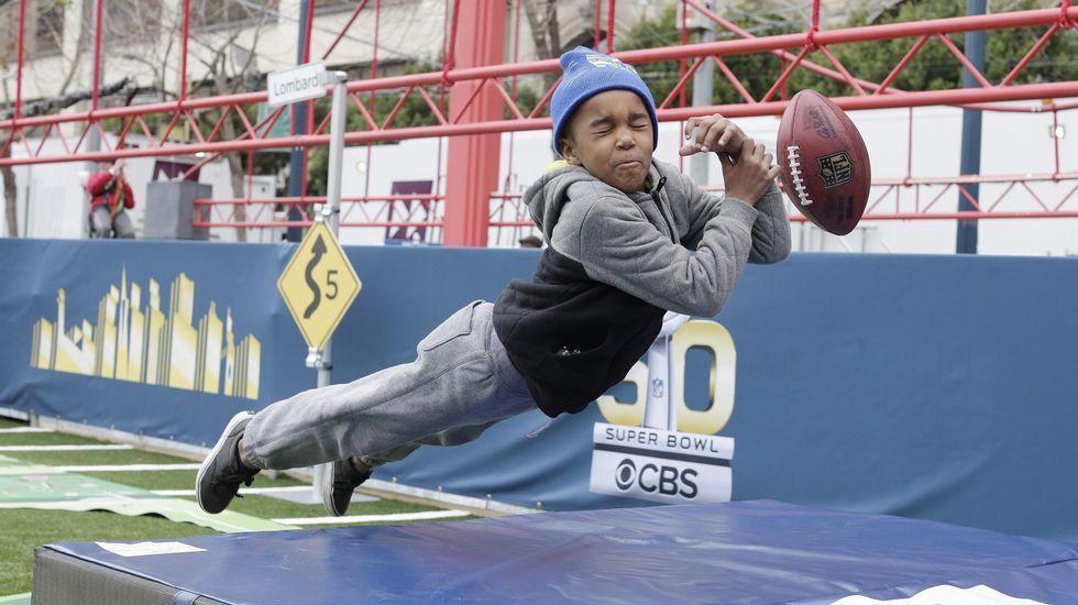 Un niño juega en la Fan Zone de San Francisco