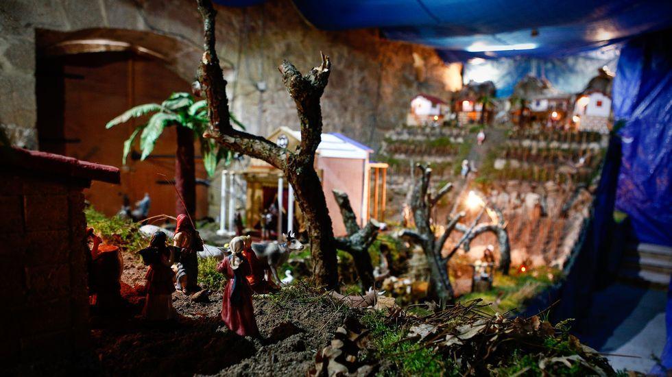 Javier Chaparro muestra su belén en su propia casa, en Ourense