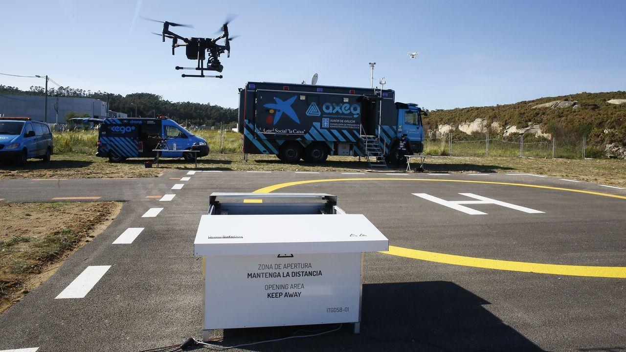 El dron desarrollado por ITG y SDLE, acercándose al nido, con el puesto de mando avanzado de Axega al fondo, en el Centro Áncora de San Cibrao
