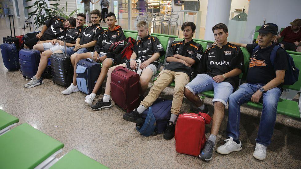 Jugadores del equipo de béisbol Trasnos esperando en el aeropuerto de A Coruña para viajar a Barcelona, con un retraso de ocho horas