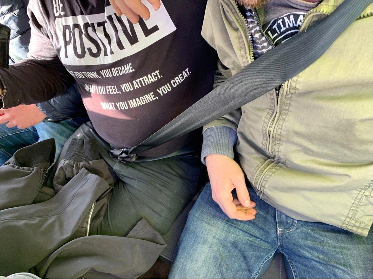 UN CINTURÓN PARA DOS. Es uno de los peores ejemplos. Una patrulla de la Guardia Civil de Tráfico detectó el año pasado a dos pasajeros de un turismo usando un solo cinturón