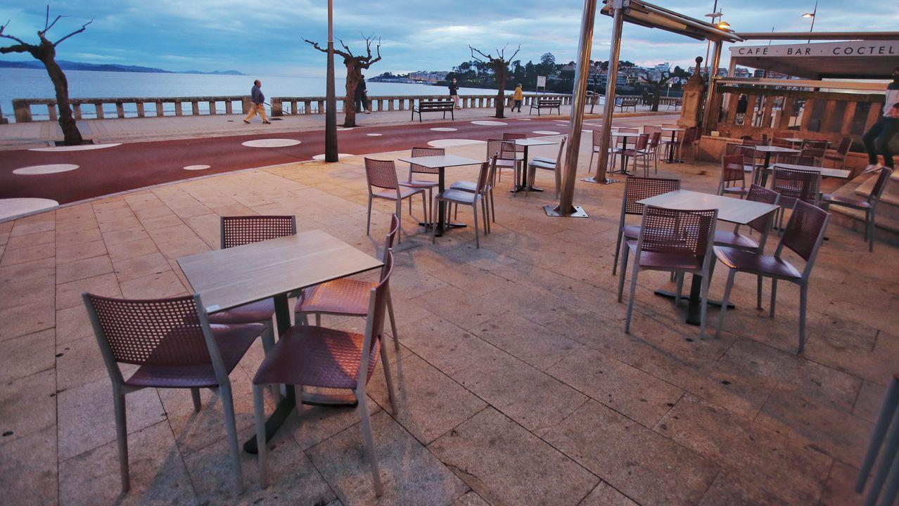 Señalización instalada en Marín que anuncia las nuevas restricciones que entran en vigor esta noche