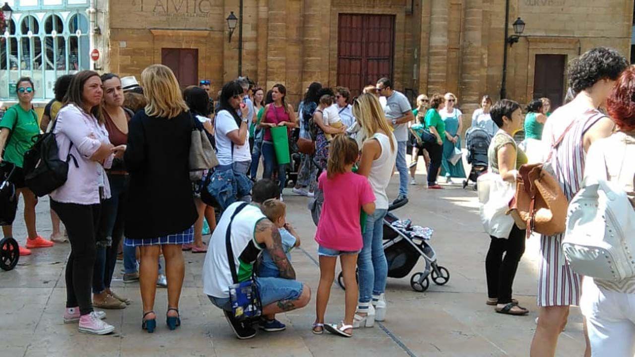 Un centenar de personas evita el desahucio de una mujer de 72 años en Gijón.Familias de las escuelas de 0 a 3 se concentran ante el Ayuntamiento para urgir una solución en las aulas