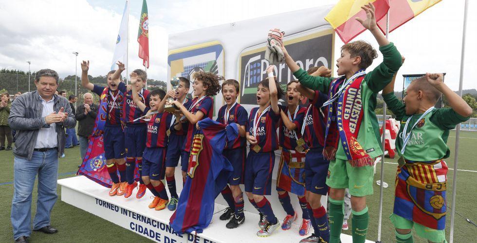 El alcalde Fernández Lores entregó el trofeo de campeones a los jugadores del Barcelona en el campo de fútbol de A Xunqueira.