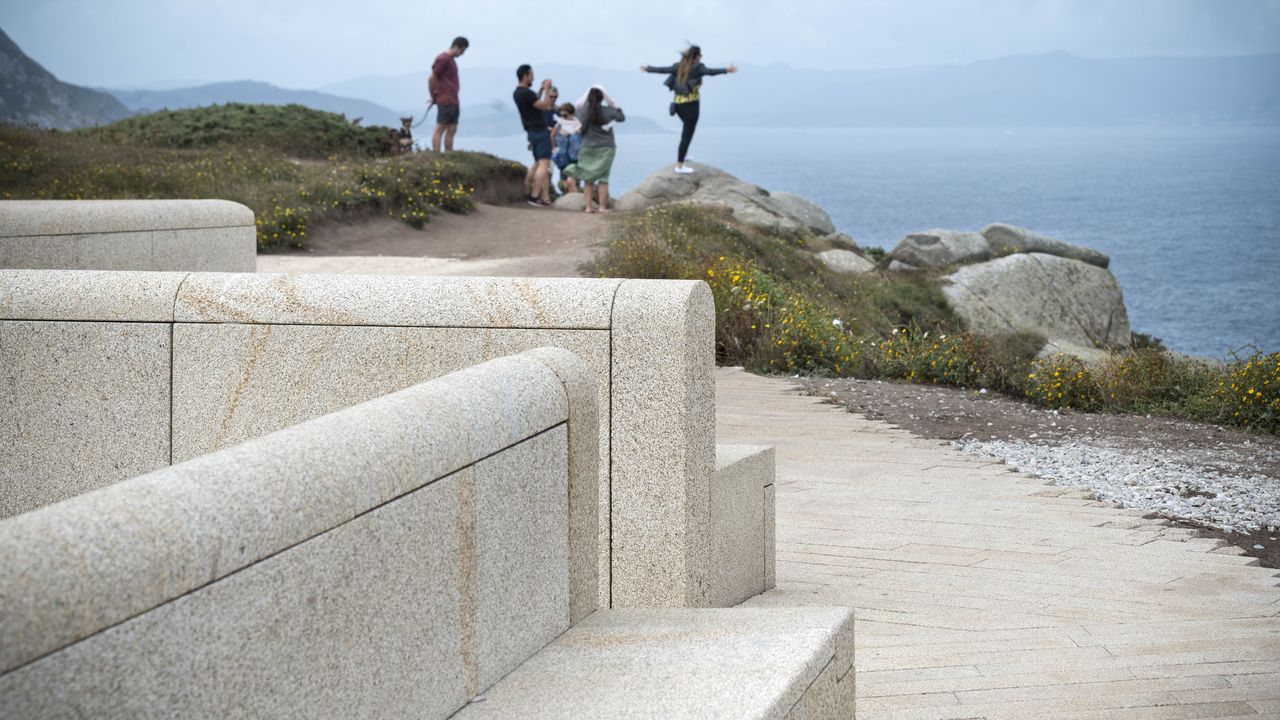Detalle del banco corrido de granito que cierra el párking y que sirve de fenomenal mirador sobre el litoral de acantilados y el océano