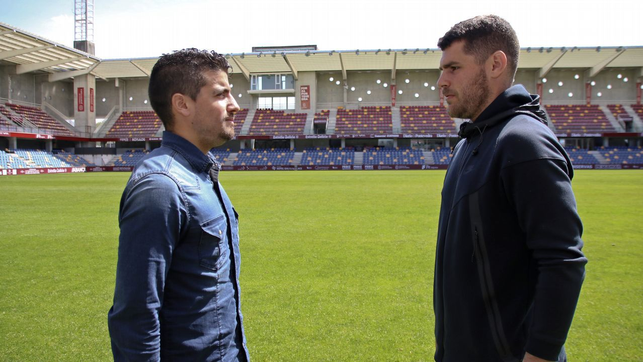 El Pontevedra CF vence 3-1al Rápido.Carlos Hernández y Javi Hernández saltan en una acción a balón parado