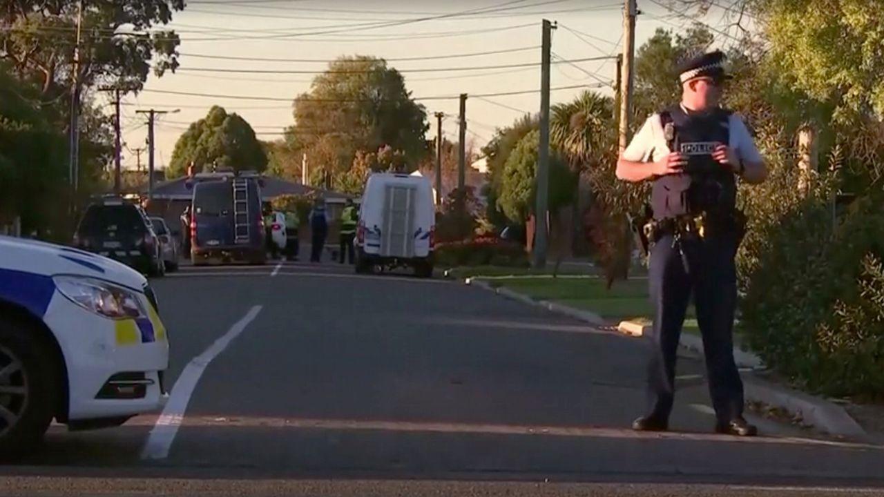 Policías neozelandeses vigilan la zona de Chistchurch, donde se desactivó el paquete bomba