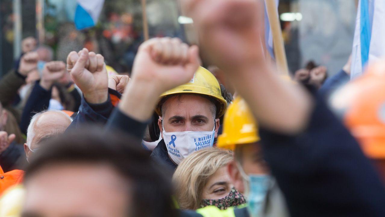 Zan, en el centro, de azul, compareció ante los medios de comunicación este lunes a mediodía con Ballesteros (detrás de él) y Paleo (a su derecha) a las puertas de la fábrica para exponer su «oferta de paz social»