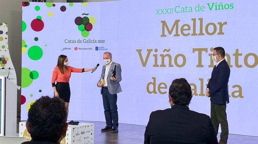 Entrega del premio al mejor tinto de Galicia al representante de la bodega Petrón