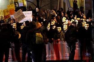 <span lang= es-es >Contra la ley antipiratería</span>. Esta protesta del grupo Anonymous se llevó a cabo ante el Teatro Real de Madrid antes de la ceremonia de entrega de los premios Goya de este año.