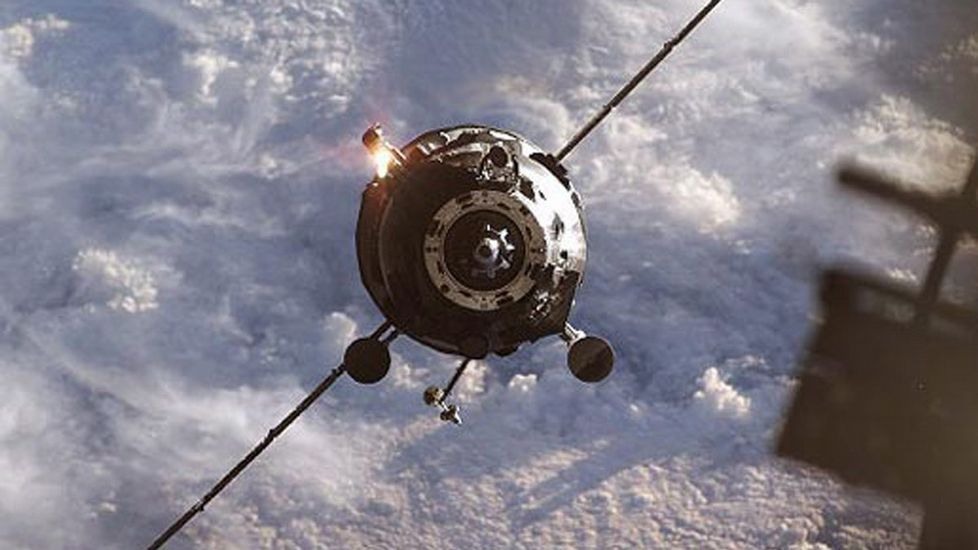 Así se desintegró el «Dragon» camino de la ISS.Tomás Abeigón Vidal muestra la emisora de radio que tiene en su domicilio particular.