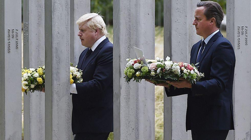 El primer ministro y el alcalde de Londres en el monumento a las víctimas