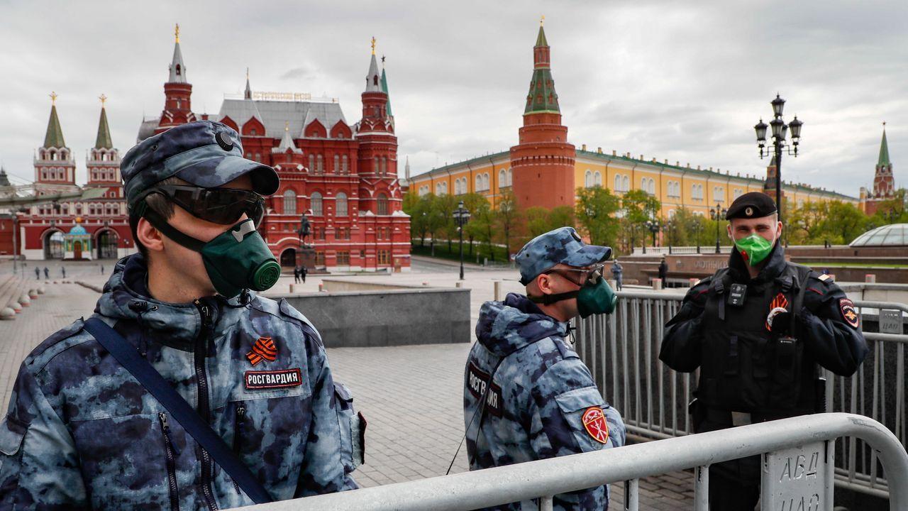 Miembros de la Guardia Nacional en la plaza roja de Moscú