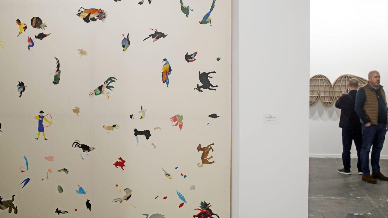 Un collage textil de belén Rodríguez en la sevillana Alarcón Criado, al fondo una pieza de Adrián balseca en la galería Madragoa