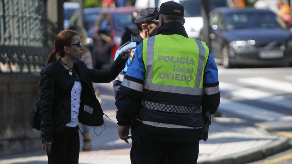 cerveza.Un grupo de turistas participa en una visita guiada oficial en Oviedo