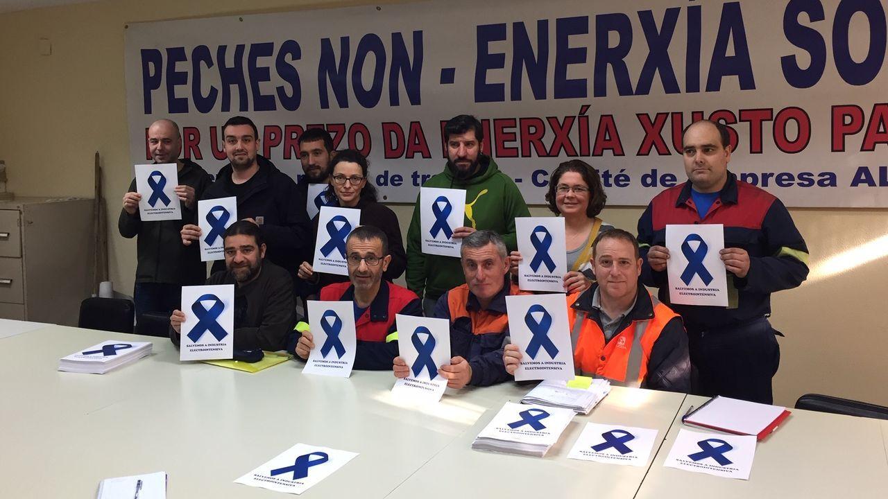 alcoa.Representantes del comité de empresa de Alcoa San Cibrao, con los lazos azul «eléctrico» de la campaña con la que reivindicarán que se apruebe ya el estatuto para la industria electrointensiva