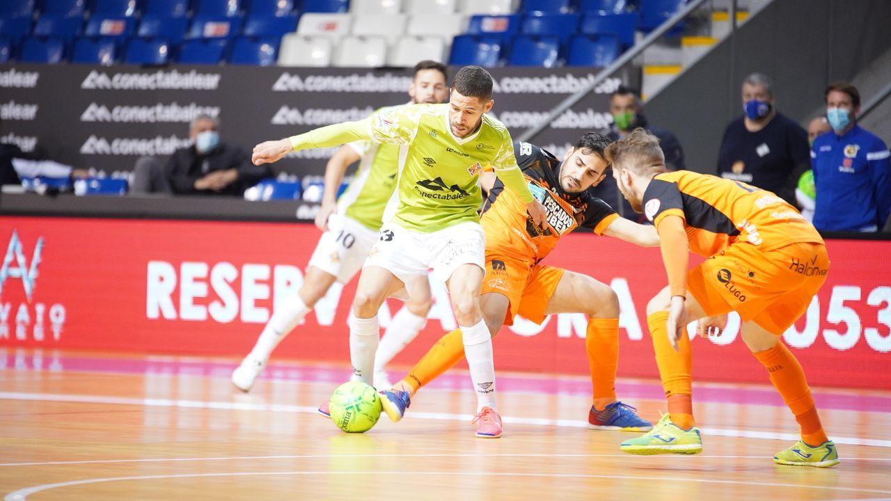 Raúl Campos se lleva el balón ante Quintela y Álex Diz en el partido del sábado